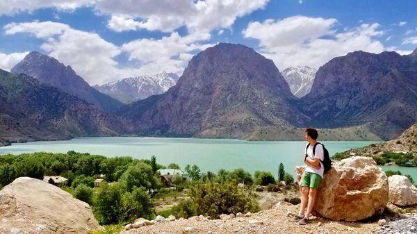 Путешественник Михаил у озера Искандеркуль - Sputnik Таджикистан