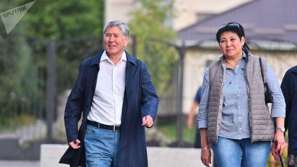 Бывший президент Кыргызстана Алмазбек Атамбаев после пресс-конференции на территории своего дома в Кой-Таше - Sputnik Тоҷикистон