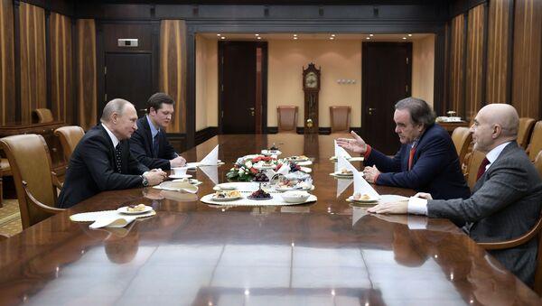Президент РФ В. Путин встретился с режиссером О. Стоуном - Sputnik Таджикистан