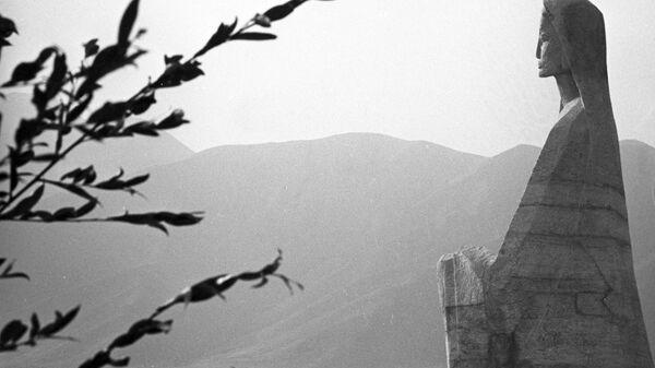 Памятник жертвам землетрясения (10 июля 1949 года) в селении Хаит, Раштского района - Sputnik Тоҷикистон