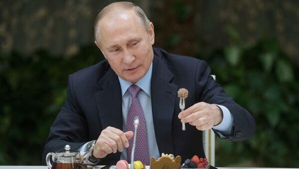 Президент РФ Владимир Путин на встрече с победителями всероссийского конкурса Семья года - Sputnik Тоҷикистон