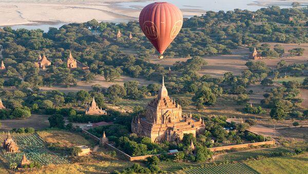 Воздушный шар над древним храмом в городе Паган, Мьянма - Sputnik Тоҷикистон