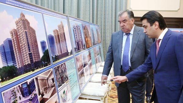 Президент Таджикистана  Эмомали Рахмон и мэр города Душанбе рассматривают проект строительства гостиницы - Sputnik Тоҷикистон