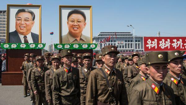 Портреты с изображениями Ким Ир Сена и Ким Чен Ира - Sputnik Таджикистан