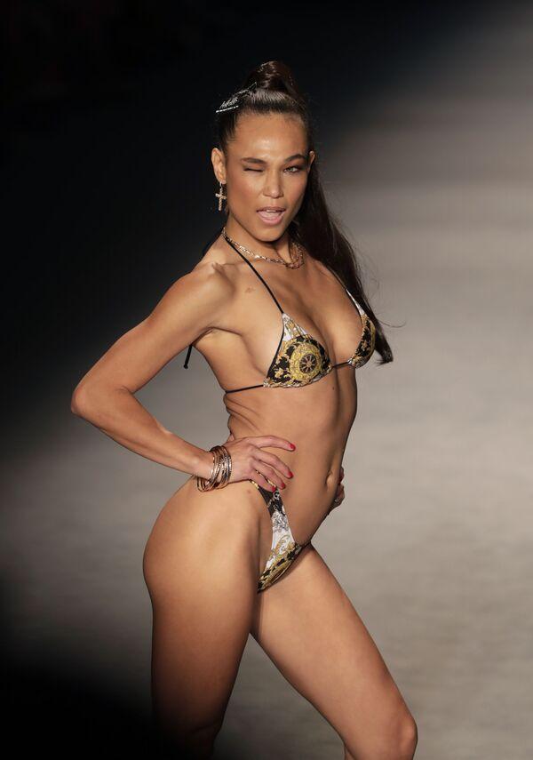 Модель на показе Недели пляжной моды в Майами - Sputnik Таджикистан