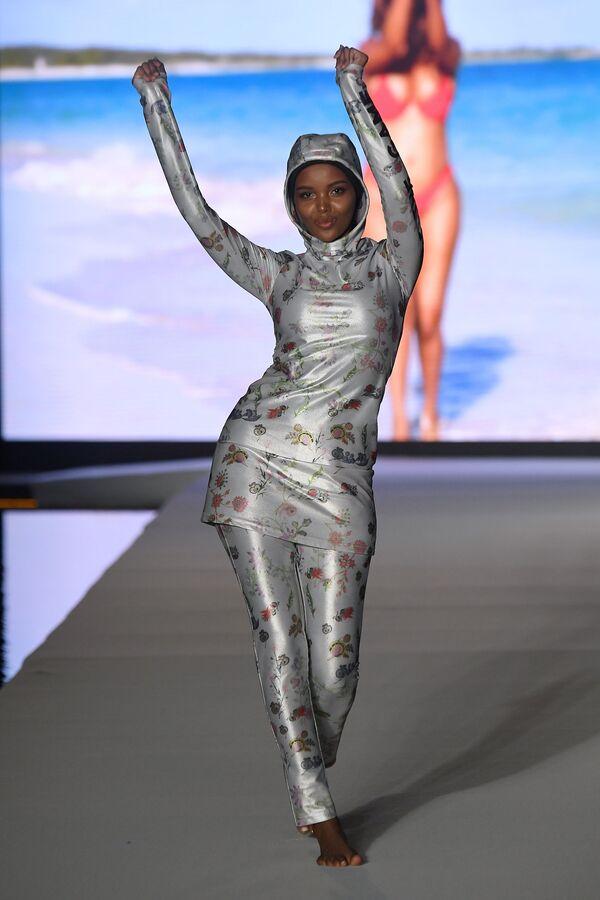 Модель Халима Аден на показе Недели пляжной моды в Майами - Sputnik Таджикистан