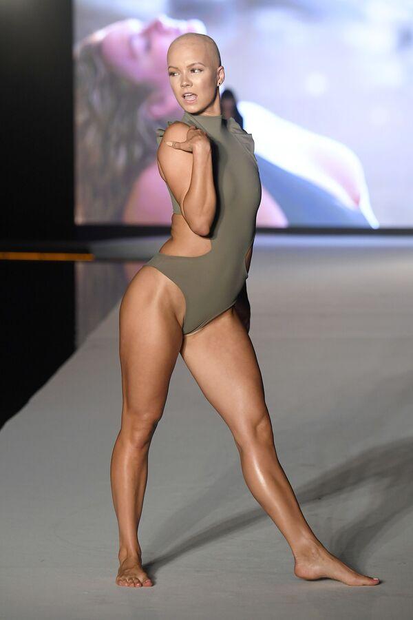 Танцовщица Christie Valdiserri на показе Недели пляжной моды в Майами - Sputnik Таджикистан