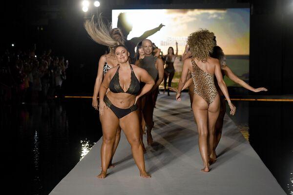 Модели во время презентации коллекции 2019 Sports Illustrated Swimsuit  на показе Недели моды в Майами  - Sputnik Таджикистан