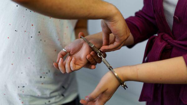 Девушка в наручниках, архивное фото - Sputnik Таджикистан