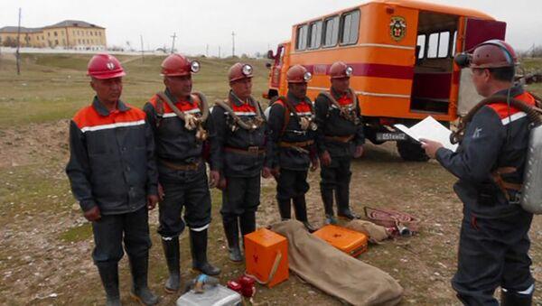 Горноспасатели КЧС спасли четырёх шахтёров из 270 метровой глубины - Sputnik Тоҷикистон