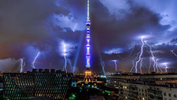 Молния над Останкинской телебашней в Москве, архивное фото - Sputnik Таджикистан