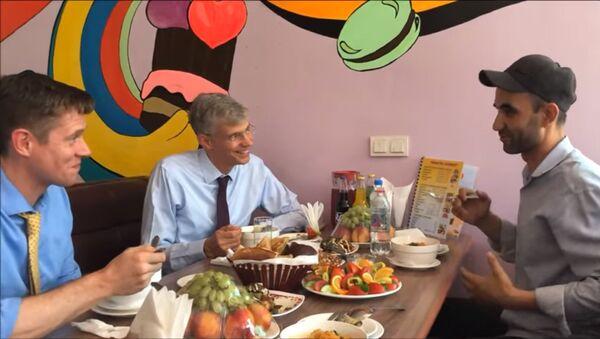 Посол США посетил кафе в Душанбе, чтобы попробовать Курутоб - Sputnik Тоҷикистон