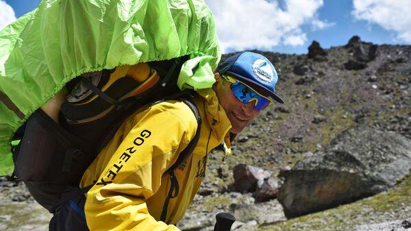Альпинист на пути восхождения  - Sputnik Таджикистан