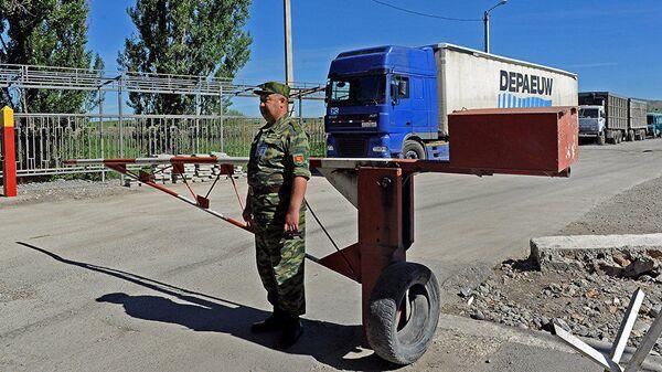 Кыргызский пограничник на посту. Архивное фото - Sputnik Таджикистан