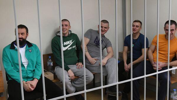 Задержанные украинские моряки на заседании Лефортовского суда города Москвы - Sputnik Таджикистан