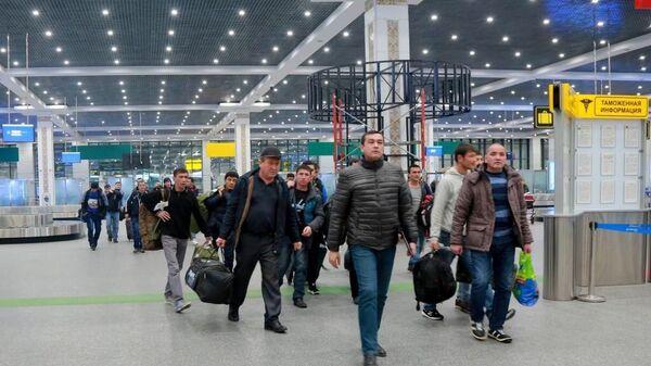 Трудовые мигранты возвращаются домой - Sputnik Тоҷикистон