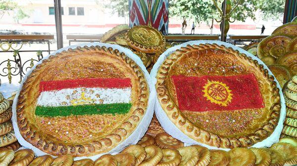 Праздничные лепешки с флагами Таджикистана и Кыргызстана - Sputnik Таджикистан