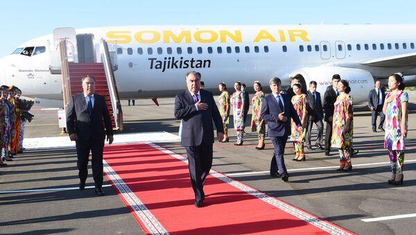 Президент Таджикистана Эмомали Рахмон прилетел в Согдийскую область - Sputnik Таджикистан