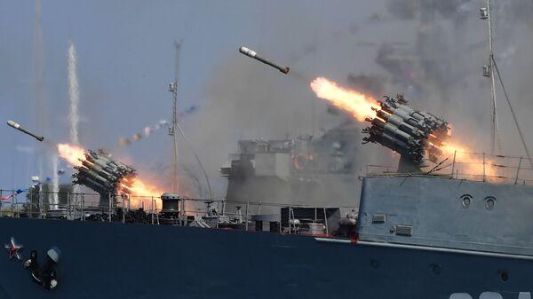 Стрельбы из реактивных бомбометов РБУ-6000 Смерч-2 с палуб кораблей в честь Дня ВМФ в Севастополе - Sputnik Таджикистан