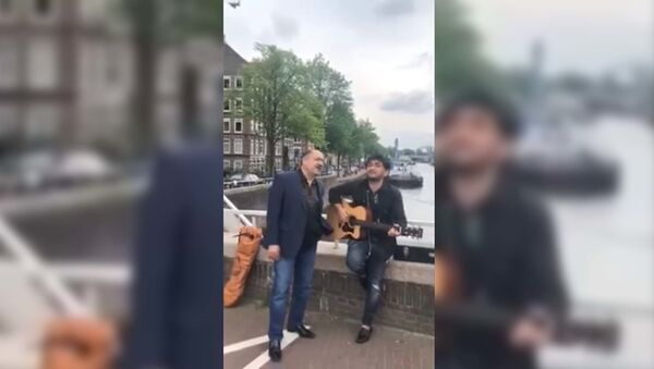 Известные таджикские певцы Давлат Назри и Бахромшо Мирзошо поют на улице Амстердама после  концерта - Sputnik Тоҷикистон