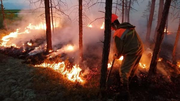Тушение пожаров в Якутии - Sputnik Таджикистан