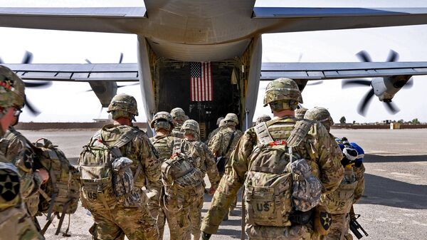 Батальон солдат США загружается в военный самолет - Sputnik Таджикистан