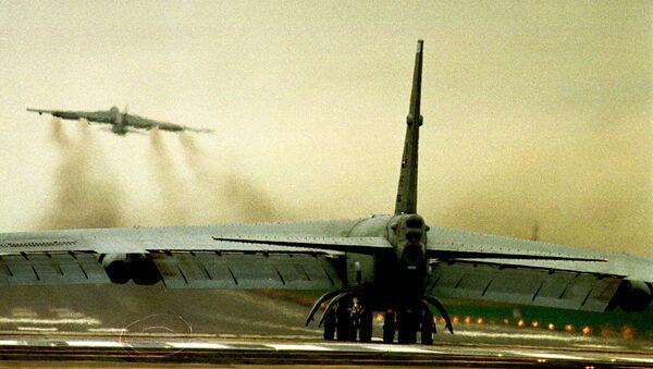 Бомбардировщик ВВС США В52 на авиабазе в Фэрфорде. 29 марта 1999 - Sputnik Таджикистан