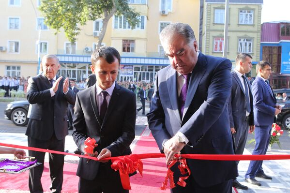 Президент Таджикистана Эмомали Рахмон открыл здание центра обслуживания детей и подростков - Sputnik Таджикистан