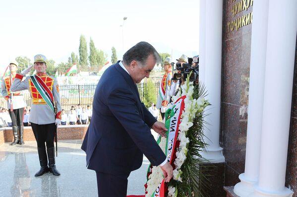 Президент Республики Таджикистан Эмомали Рахмон ввел в действие Государственный герб Республики Таджикистан в городе Вахдат - Sputnik Таджикистан