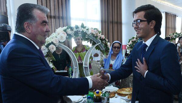 Президент Республики Таджикистана Эмомали Рахмон подарил ключи от квартир десяти семьям - Sputnik Тоҷикистон