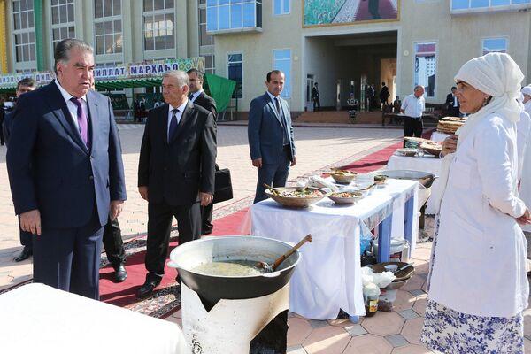 Президент Республики Таджикистана Эмомали Рахмон на ярмарке ремесел в Вахдате - Sputnik Таджикистан