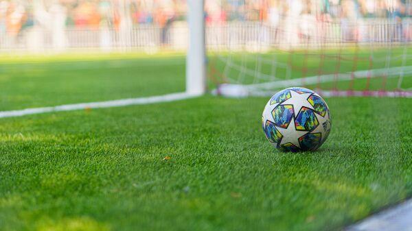 Футбольный мяч на поле, архивное фото - Sputnik Тоҷикистон