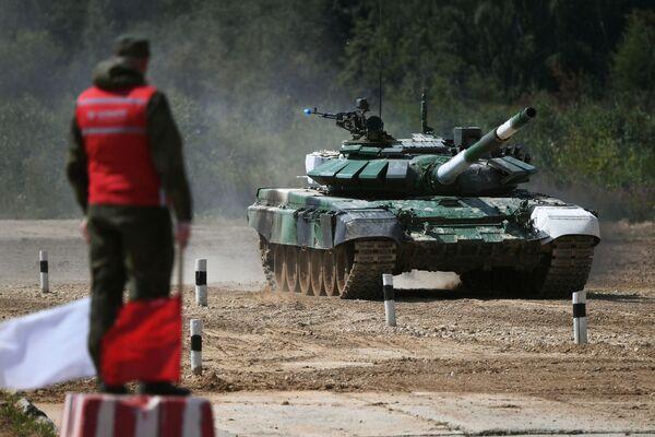 Танк Т-72Б3 команды армии Таджикистана на дистанции первого этапа Индивидуальной гонки в соревнованиях Танковый биатлон - Sputnik Таджикистан