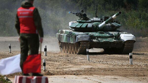 Танк Т-72Б3 команды армии Таджикистана на дистанции первого этапа Индивидуальная гонка в соревнованиях Танковый биатлон - Sputnik Таджикистан