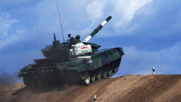Танк Т-72Б3 команды армии Таджикистана  Танковый биатлон - 2019 - Sputnik Таджикистан