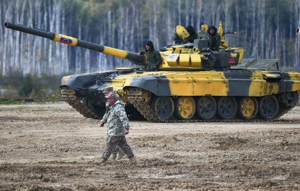 Танк Т-72Б3 команды армии Венесуэлы Танковый биатлон - 2019 - Sputnik Таджикистан