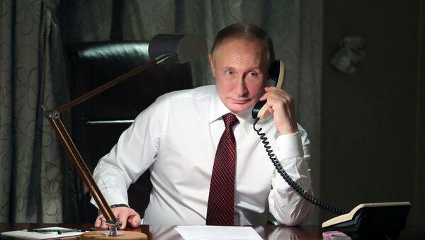 Президент РФ Владимир Путин во время телефонного разговора - Sputnik Таджикистан