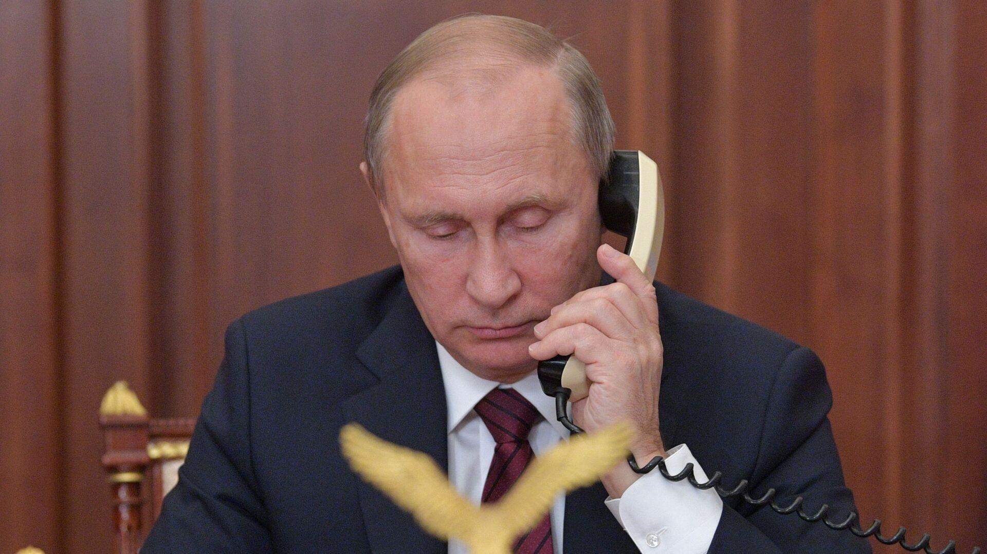 Президент РФ Владимир Путин во время телефонного разговора - Sputnik Тоҷикистон, 1920, 15.09.2021