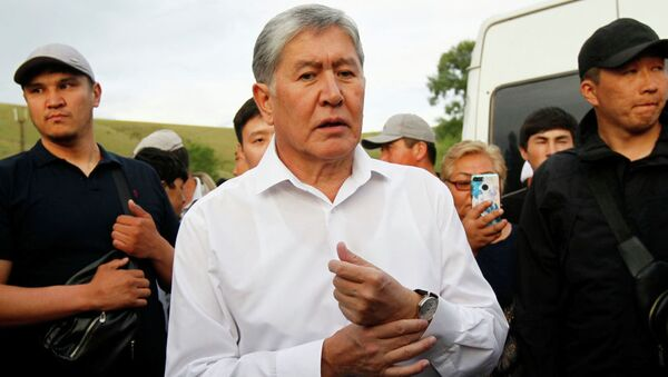Бывший президент Кыргызстана Алмазбек Атамбаев и его сторонники присутствуют на встрече с журналистами в селе Кой-Таш близ Бишкека. 27 июня 2019 года - Sputnik Тоҷикистон