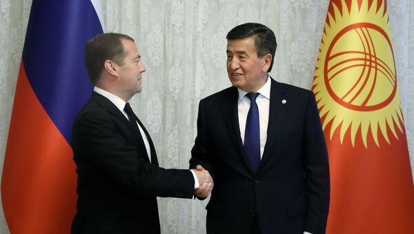 Председатель правительства РФ Дмитрий Медведев и президент Киргизии Сооронбай Жээнбеков - Sputnik Тоҷикистон