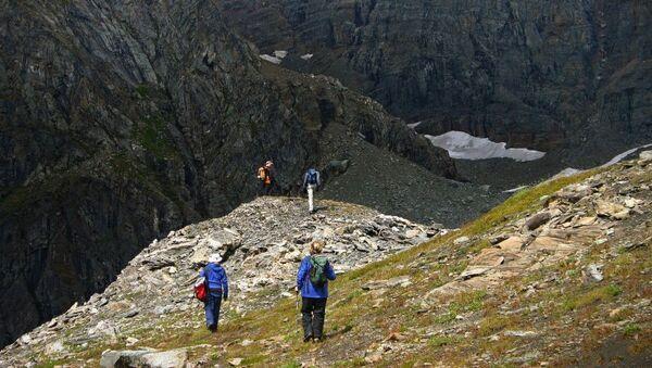 Туристы в горной местности, архивное фото - Sputnik Таджикистан