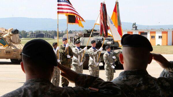 Американские военные на аэродроме армии США в Висбадене, Германия. Архивное фото - Sputnik Таджикистан