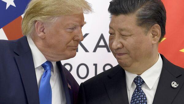 Президент США Дональд Трамп и председатель КНР Си Цзиньпин в ходе встречи на саммите G20 в Осаке. 29 июня 2019 - Sputnik Таджикистан