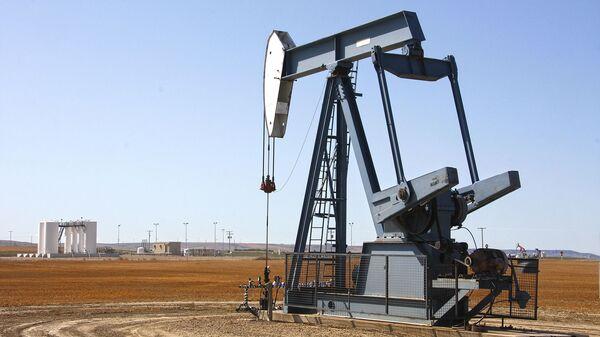 Добыча нефти, архивное фото - Sputnik Таджикистан