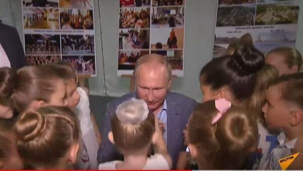 Путин встретился с юными балеринами в Севастополе - Sputnik Таджикистан