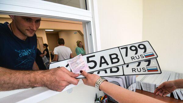 Выдача новых автомобильных номеров серии 799 - Sputnik Таджикистан