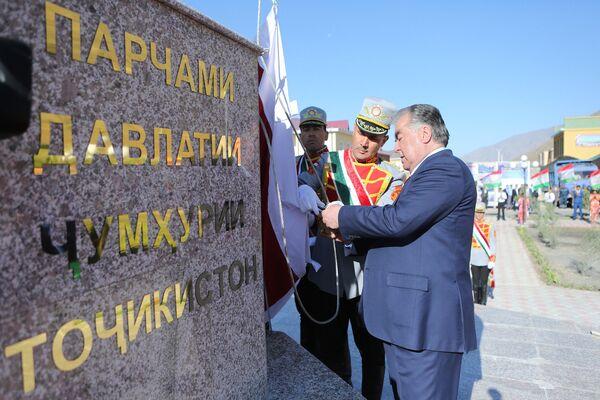 Эмомали Рахмон открыл государственный флаг в Горно-Матчинском районе - Sputnik Таджикистан