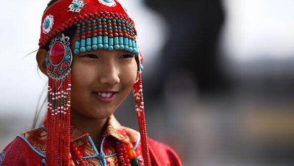 Девочка в национальном костюме в городе Чойбалсан, Монголия  - Sputnik Таджикистан