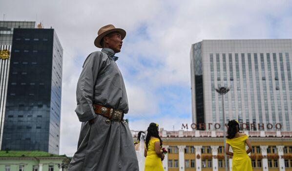 Прохожий на площади Чингисхана в Улан-Баторе - Sputnik Таджикистан