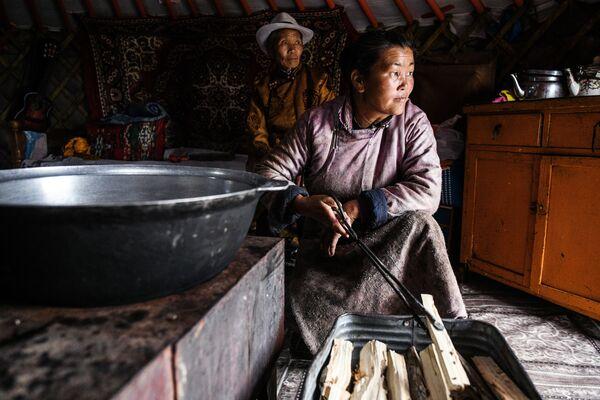Семья монголов в юрте - Sputnik Таджикистан